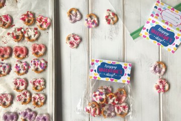 Valentine's Day Treat | February 14 | Chocolate Pretzels | Kid Friendly | Kid Treat | Party | Valentine | Kid Valentine | Treat Bag | Valentine's Candy | Homemade Treat | Treats for Kids to Make | Free Printable | Free Bag Topper | Six Clever Sisters