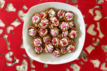 Valentines Day Treats | Valentine's Day Treat Ideas | Valentines Day Treats to Make | Valentine's Day Treat Recipes | Valentine's Day Treat | Valentines Day Treats for Kids | Easy Valentines Day Treats | Treats for Valentines Day | This quick and fun Valentine's Day treat can be made in minutes. So if you need something QUICK, this easy snack idea for Valentine's Day is for you! #valentine #snack #valentinesday #recipe #recipeoftheday #easyrecipe