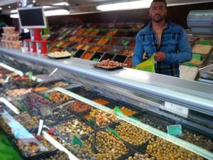 Vogelmarkt typisch olijven kraam