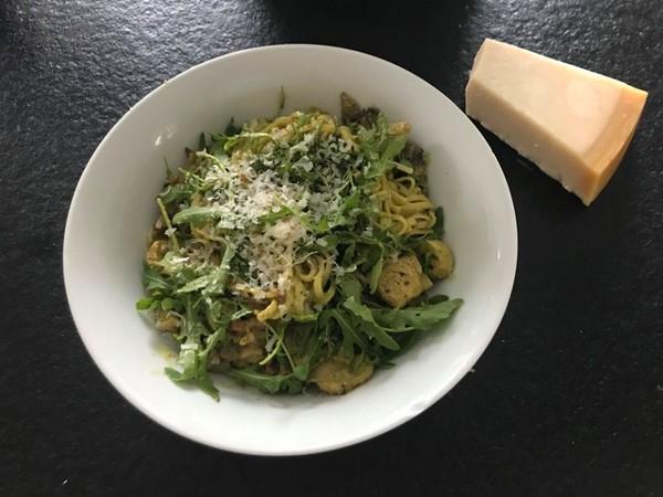 pasta pesto met spekjes en kip