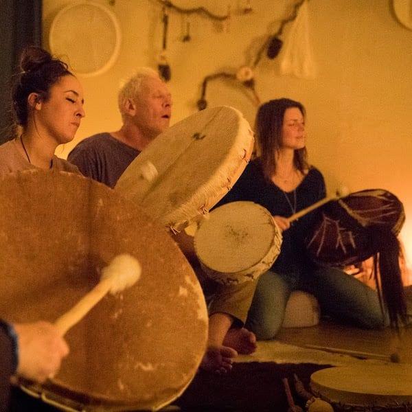 Drumcirkel Amsterdam is het bespelen van een sjamaandrum
