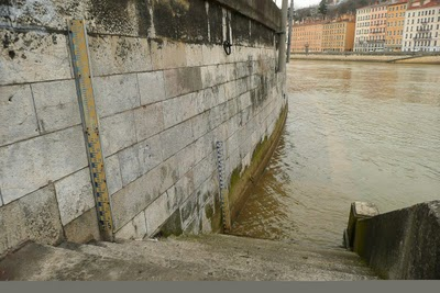 And how they know how high the water is on la Saône.