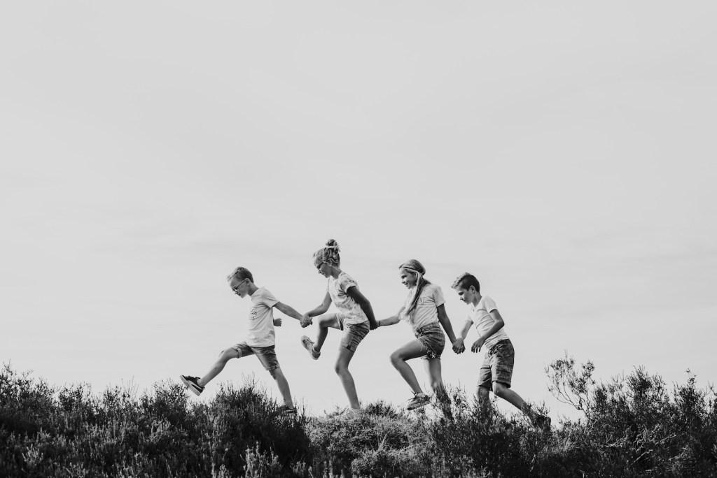 4 kinderen lopen hand in hand