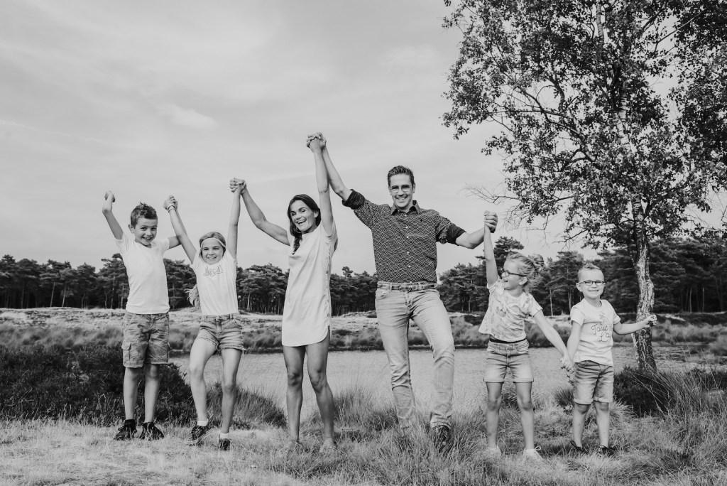 familiefoto handen in de lucht