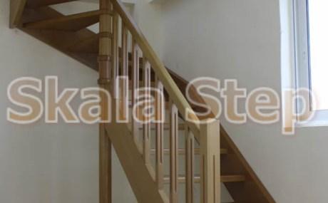 σύνθετη -κυκλική ξύλινη σκάλα φτιαγμένη από ξυλεία οξιάς
