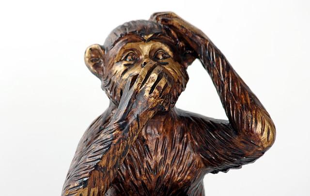 hölzerner Affe hält ich den Mund zu