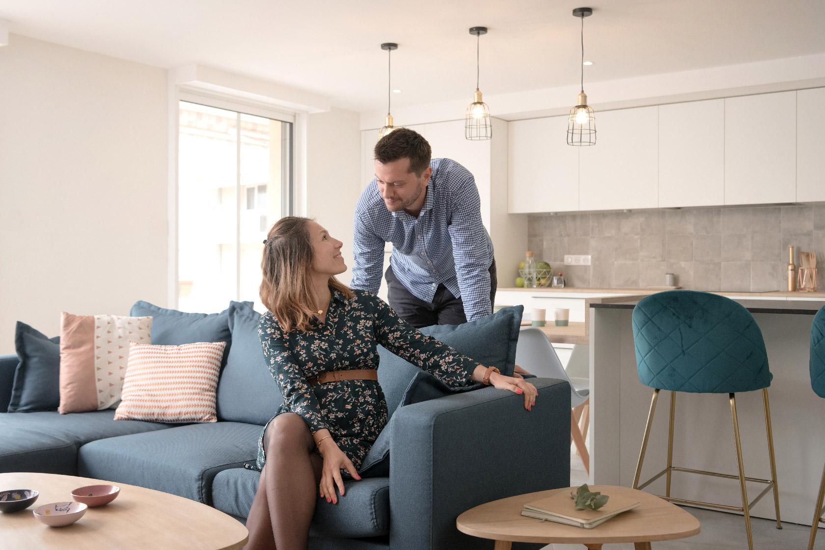 Réalisation du studio d'architecture et de décoration Skéa Designer. Le jeune couple est heureux de prendre la pose dans leur bel appartement.