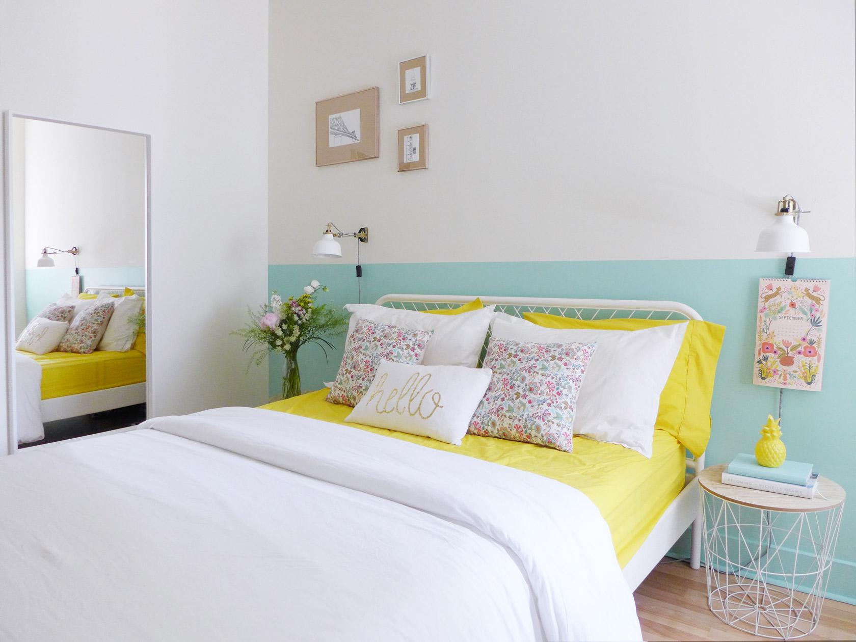 Réalisation du studio d'architecture et de décoration Skéa Designer. Jaune soleil. Dans la chambre, un lit 160 en métal blanc, ses draps jaunes, un mur vert menthe.