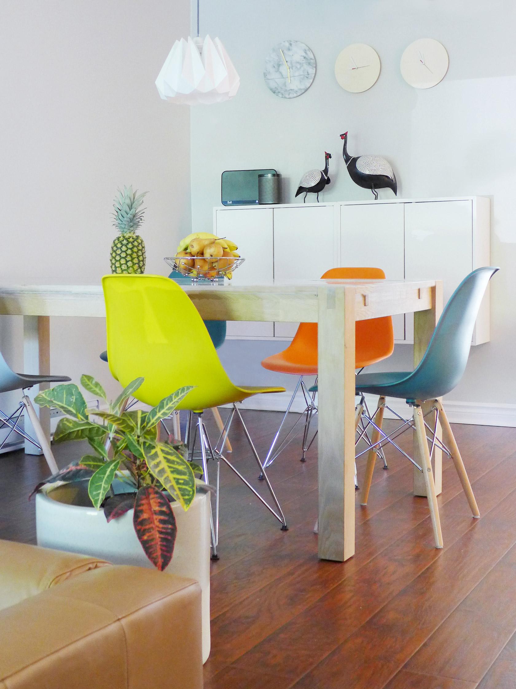 Réalisation du studio d'architecture et de décoration Skéa Designer. Velouté. La salle à manger, sa table en bois, ses chaises multicolores et ses plantes.