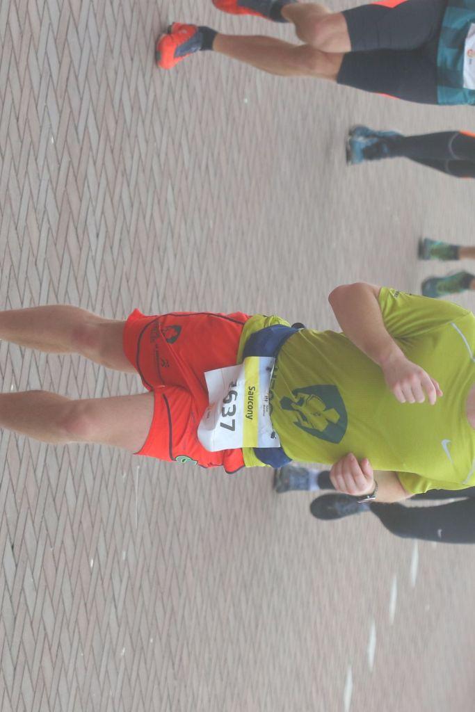 een aantal lopers op weg naar de finish tijdens de halve marathon van Egmond