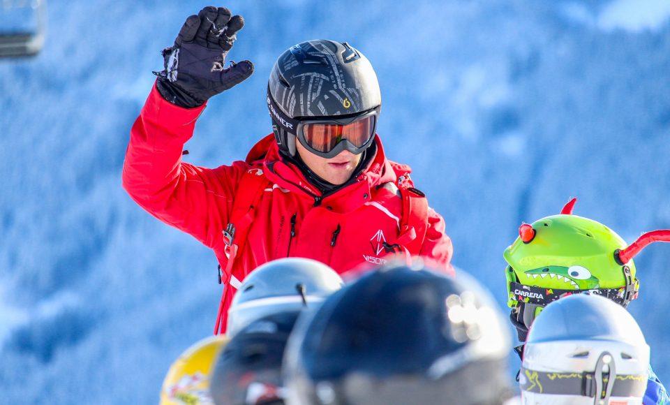 Skileraar met groep kinderen