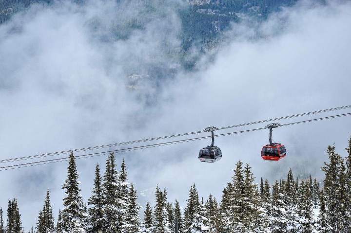 Take a ride on the world's longest and highest cable car, the PEAK 2 PEAK. | Photo: Whistler Blackcomb