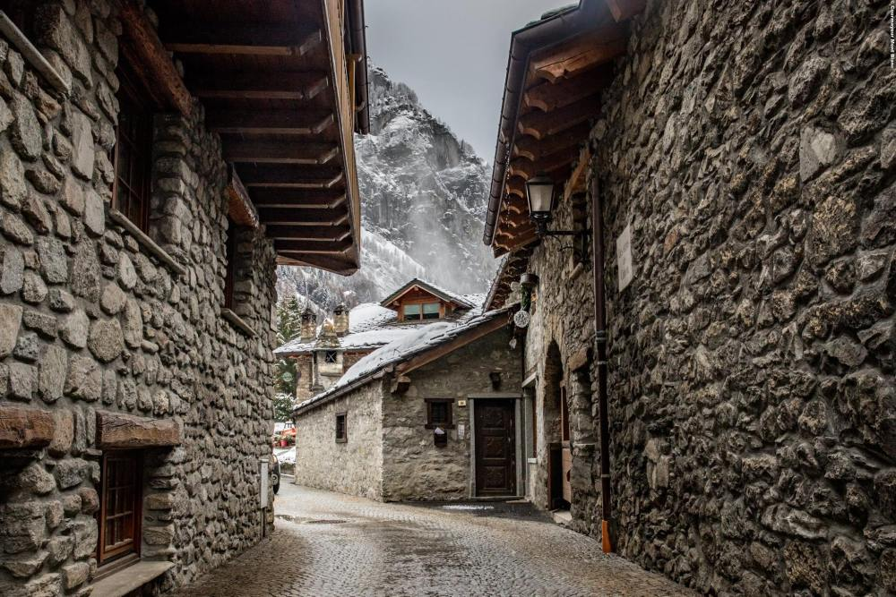 courmayeur village, reasons to visit courmayeur italy