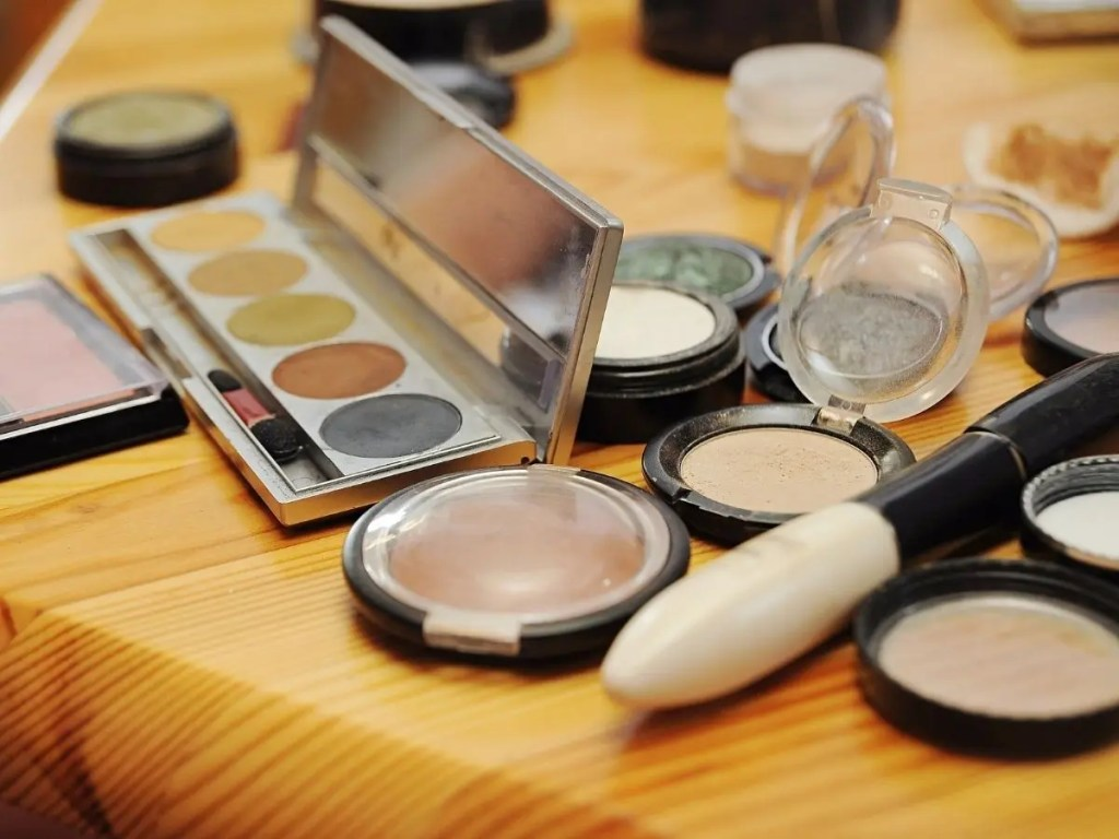 Light Makeups – How To Get That Natural Glowing Look