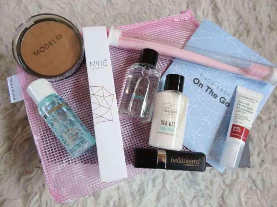 Alle producten van de goodiebox mei. Bronzer, make-up reiniger, niré kabuki kwast, conditioner, shampoo, gezichtscrème, tandenborstel en een lipstick