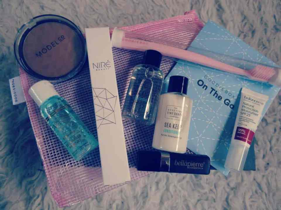 Prachtige volle goodiebox Mei met make-up, gezichtsverzorging en producten voor op reis
