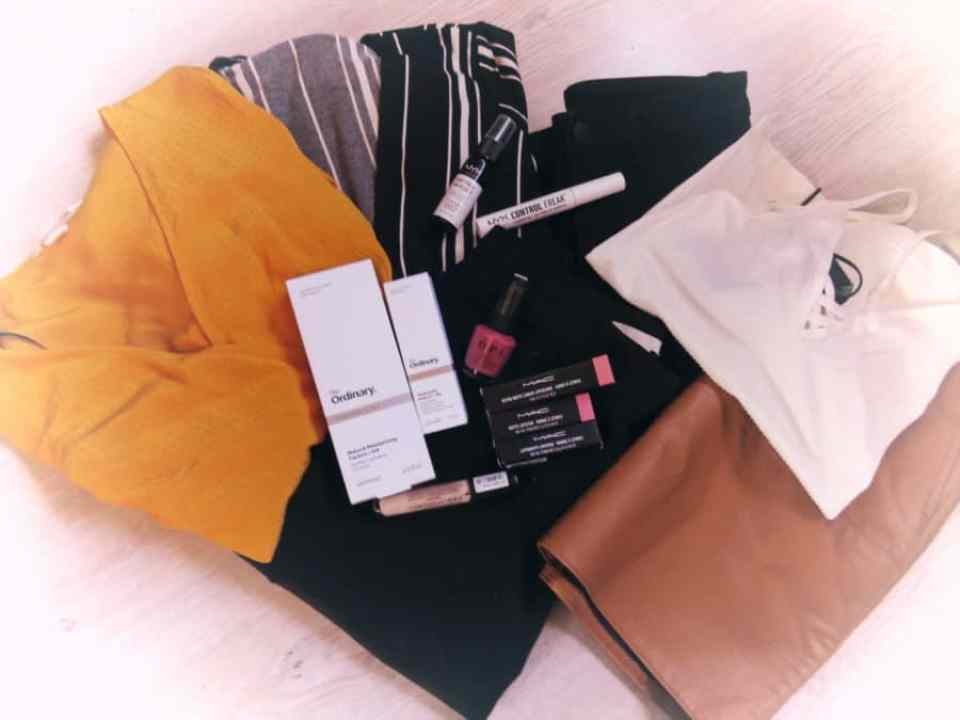 Geheel foto met kleding, make-up en verzorgingsproducten van shoplog April