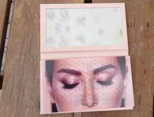 Spiegel binnenkant van oogschaduwpalette