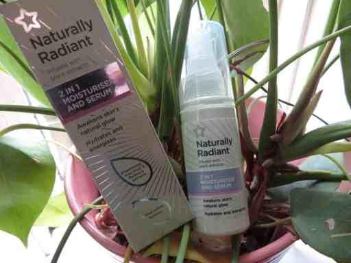 De naturally radiant 2 in 1 moisturizer en serum.  Het is een heerlijke hydraterende, verzorgende en vol met anti-oxidanten crème. Erg geschikt voor de gevoelige en droge huid.