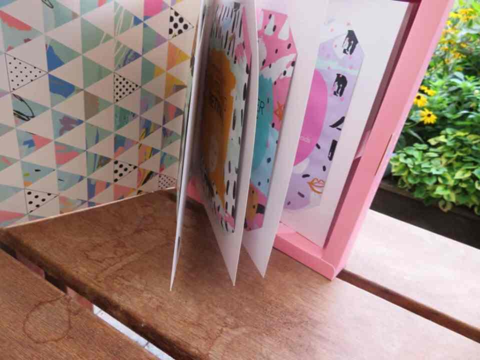 Het face sheet mask book is een open book, met echte bladzijdes vol met sheet mask. Elk met een eigen doel.