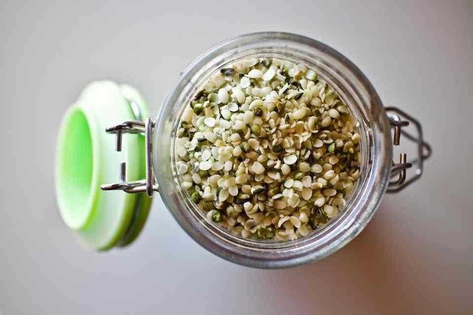 Hennepolie wordt gewonnen uit de hennepzaden. De zaden zijn afkomstig van de hennepplant en worden zowel gepeld als ongepeld tot een olie. De olie bevat geen cannabinoïden zoals in de CBD.