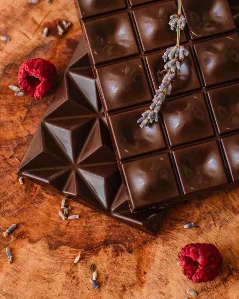 Chocolade en acne wordt al sinds 1920 onderzocht en nog steeds is er geen verband aangetoond. Wel is er aangetoond dat veel suikers een te hoge glycochemische index veroorzaken met als gevolg een verergering van de acne.