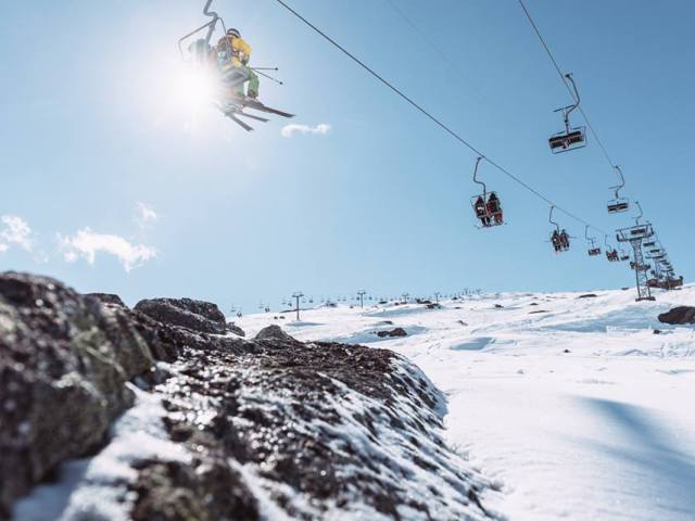 Hos Riksgränsen kan du stå på ski ved midsommer