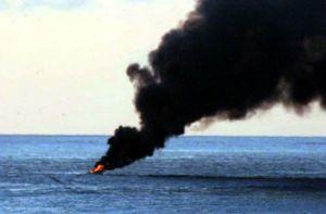 Sjansen er store for at vi får fleire bilete av brenande piratskip ganske snart. Her eit piratskip i brann utanfor Somalia. Foto: Wikipedia/http://commons.wikimedia.org/wiki/Image:Somalia_battle.jpg
