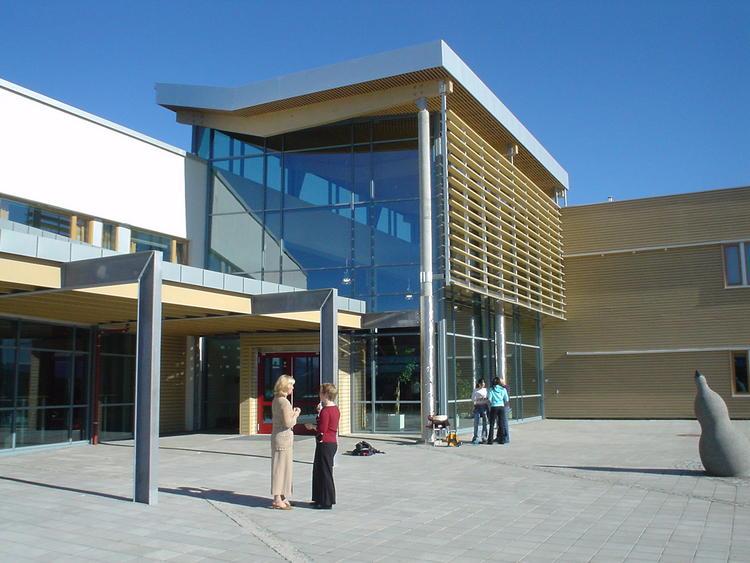 Hovudinngangen på Langnes skole