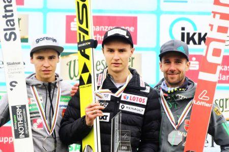 Podium klasyfikacji generalnej LPK 2017 (od lewej: T.Bartol, K.Murańka, P.Paschke), fot. Konstanze Schneider / Weltcup Klingenthal