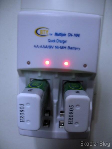 Baterias Recarregáveis 9V Ni-MH 280mAh BTY no carregador inteligente também da BTY