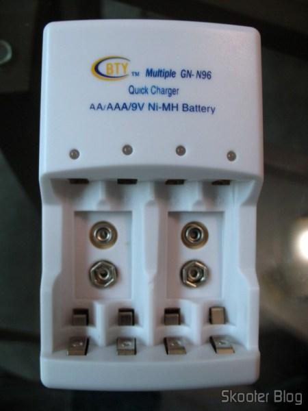 DealExtreme: Carregador Rápido Inteligente 4 Canais Auto-Stop para baterias AA/AAA/9V 6F22 BTY (100~240V AC)