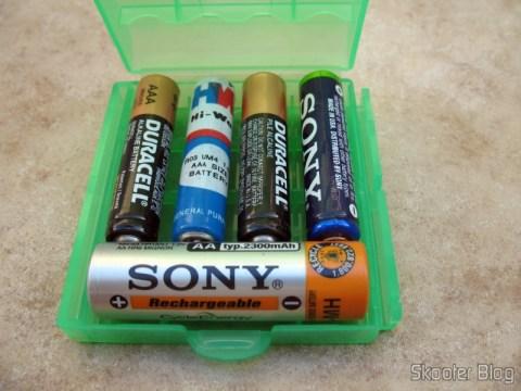 Estojo para 4 pilhas AA (pacote com 3) (4 x AA Battery Case Holder (3-Pack)), com 4 pilhas AAA e uma AA