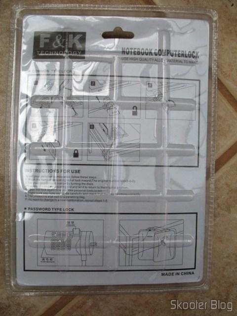 Parte traseira da embalagem da trava de laptop/pc, com as instruções em inglês
