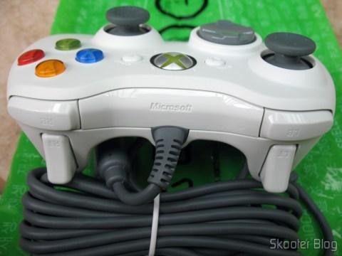 Visão da parte traseira do controle de XBox 360, com os gatilhos