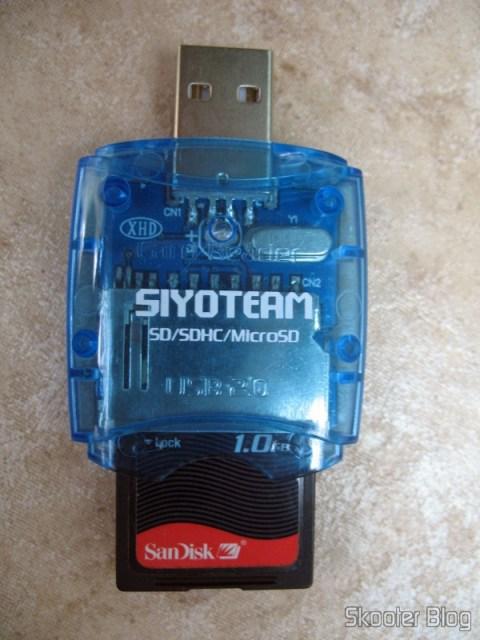 Leitor de cartões da Siyoteam com cartão SD, não dá para fechar a tampa