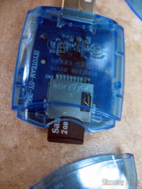 Leitor de cartões da Siyoteam com cartão microSD inserido