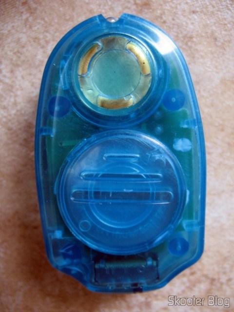 Close no repelente eletrônico: na parte de cima o alto-falante e o botão da luz, e na parte de baixo o compartimento de pilhas