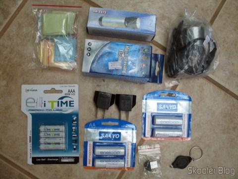 Paninhos de microfibra, lanternas de dínamo, webcam, pilhas de baixa auto-descarga, adaptador de plugs, mini-bluetooth e um chaveirinho/lanterna de brinde