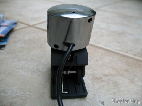 Parte traseira da webcam, mostrando o clip e o fio USB