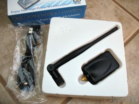 Dentro da caixa: dongle, antena, cabo e nada do CD de drivers