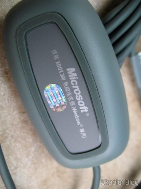 Parte de baixo do receptor USB, com o selo de genuíno da Microsoft