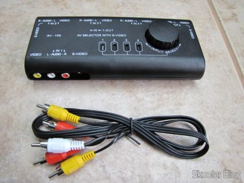 Chaveador de áudio e vídeo com S-Video e cabo RCA triplo que acompanha o produto