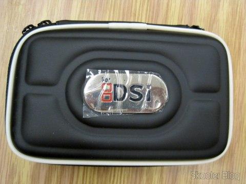 O case ainda com o adesivo protegendo a placa metálica com o logotipo do Nintendo DS