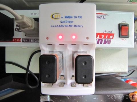 Duas baterias NiMH Tweens 9V no carregador da BTY