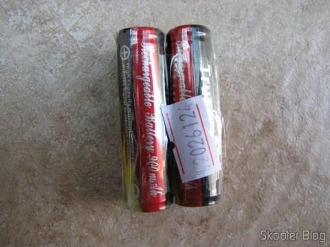 A embalagem consiste de um plástico resistente envolvendo a bateria e protegendo os polos