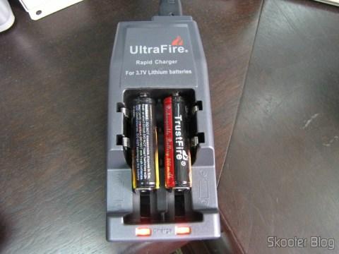 LEDs vermelhos indicam que as baterias estão carregando