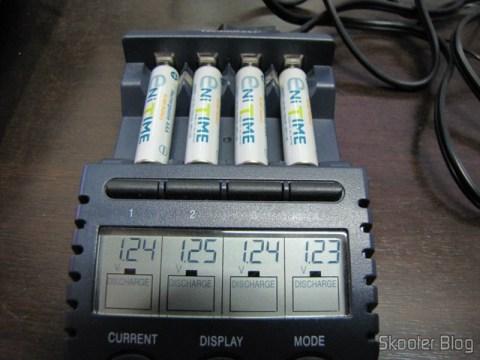 Voltagem das Pilhas GS Yuasa AAA NiMH LSD 750mAh no carregador La Crosse BC-9009, assim que retiradas do pacote