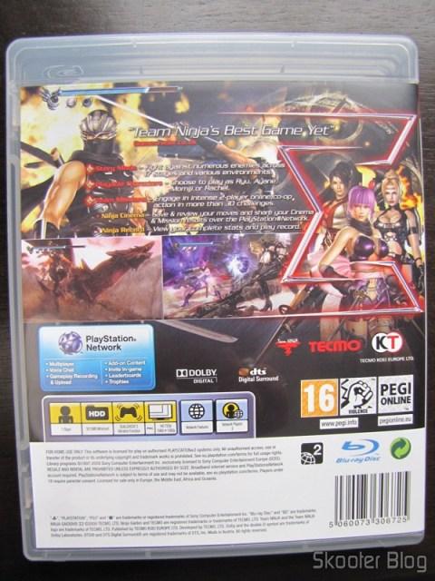 A parte traseira da caixa do Ninja Gaiden Sigma 2