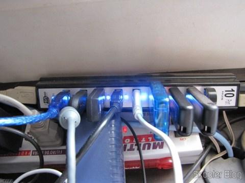 Hub USB 2.0 com todas as 10 portas com dispositivos conectados